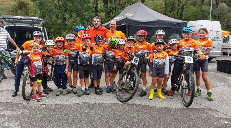 Tris di podi per gli amatori.  Rovera vince il circuito Marathon Bike Cup Specialized.  Super giovanissimi non si fermano nonostante la pioggia.